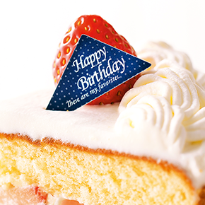 美味しそうなショートケーキに刺さったK.イシカワのオリジナルケーキピック